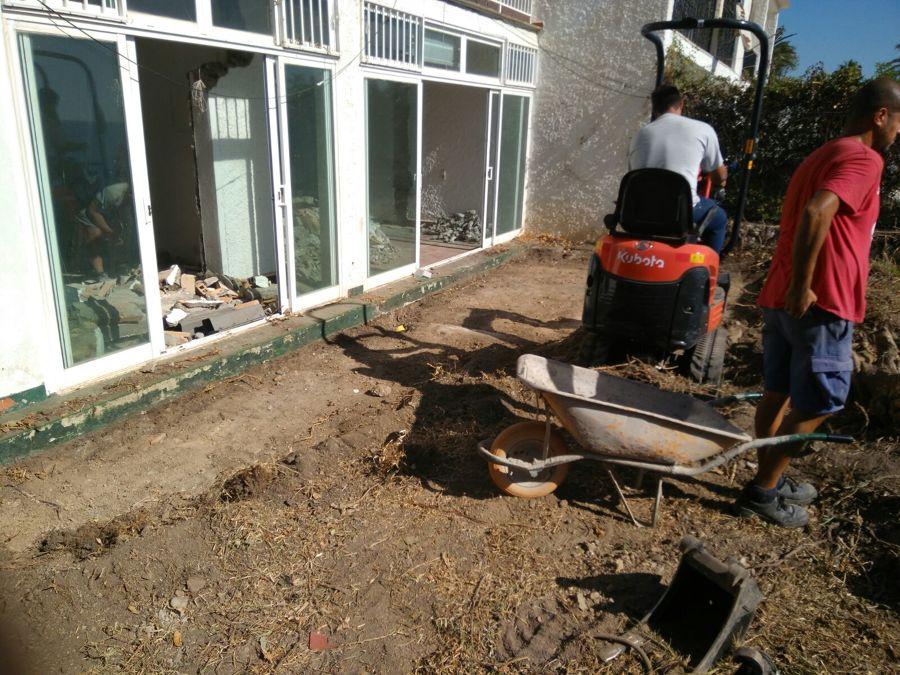 Limpieza y excavación zona ajardinada