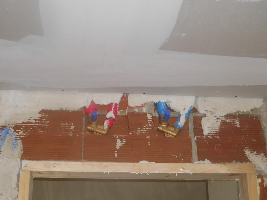 Llaves de corte en cuarto húmedo