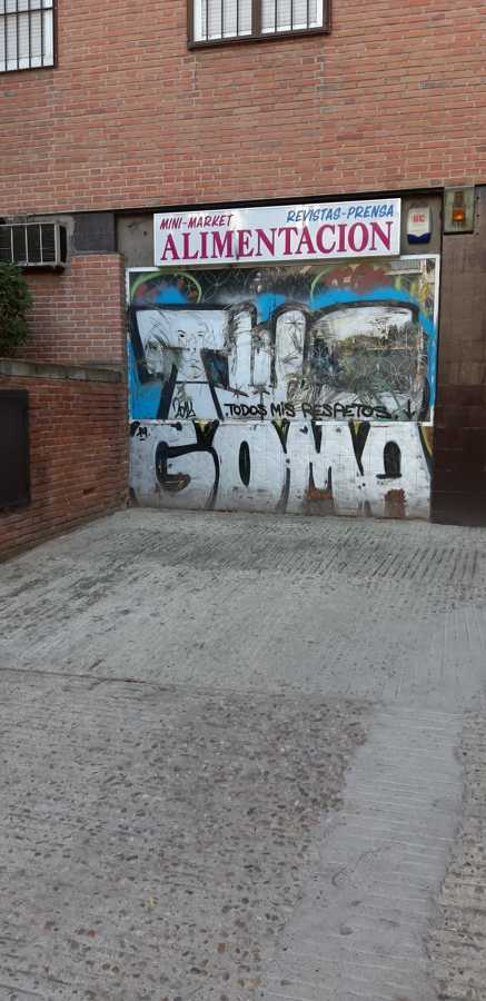 Local comercial con graffitis en toda la fachada