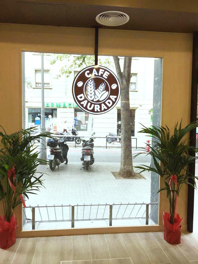 logotipo Cafe Daurada en la entrada