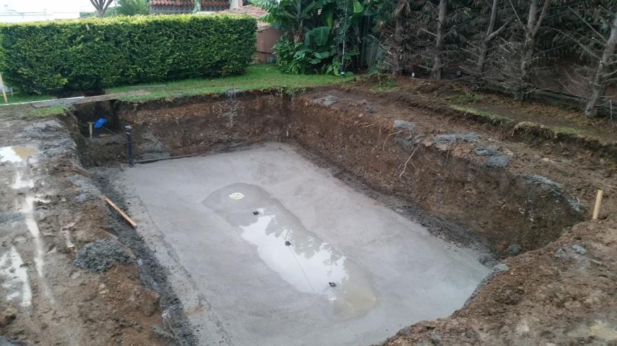 Losa de la piscina con instalación de fontanería