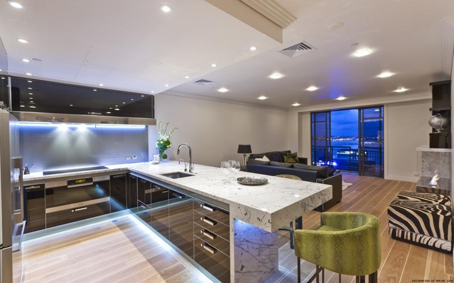 luces empotradas en una cocina grande