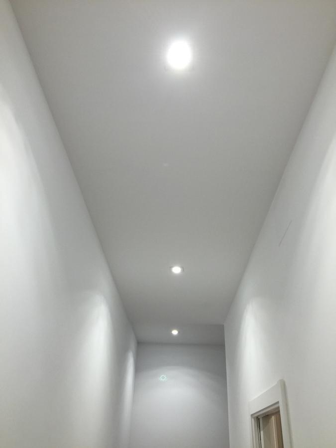 Luminaria en techo pladur pasillo