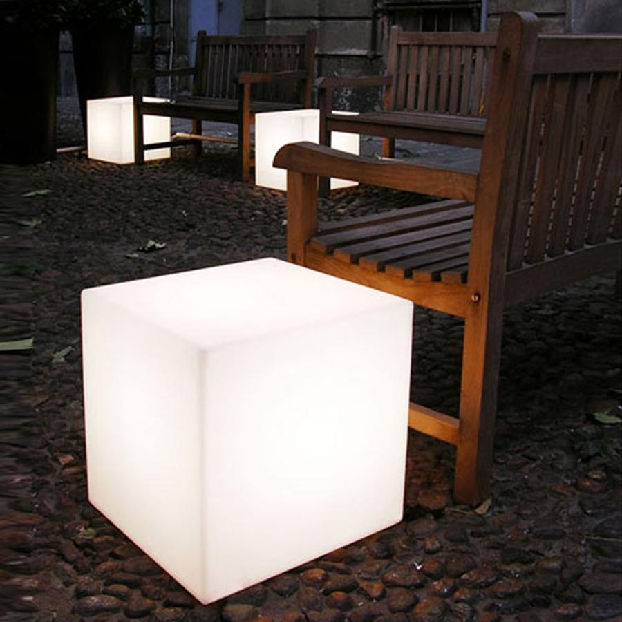 Foto luminarias para exterior con forma de cubo de for Luminarias de exterior
