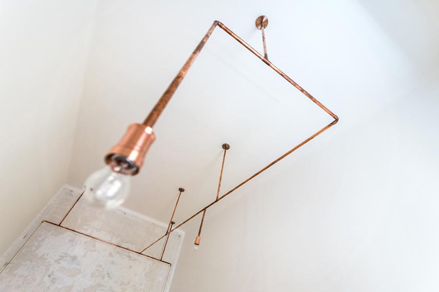 Luz hecha con tubos de cobre