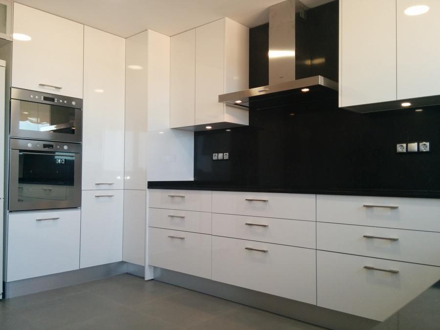 Foto luz indirecta bajo muebles de cocinas y ba os a for Luz bajo mueble cocina