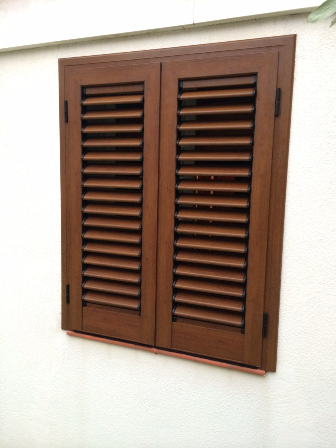 Mallorquinas en carpinteria de alumino acabado roble for Porticones madera exteriores