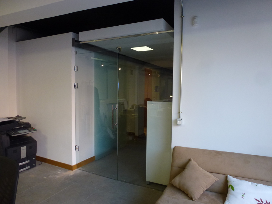 Mampara con puerta a pared sin cerco