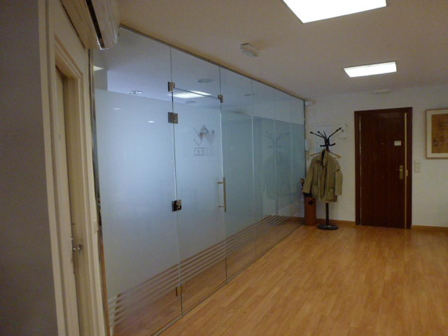 Mampara con puerta embisagrada a vidrio