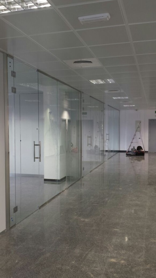 Foto mamparas vidrio templado oficinas valencia de for Valencia cf oficinas