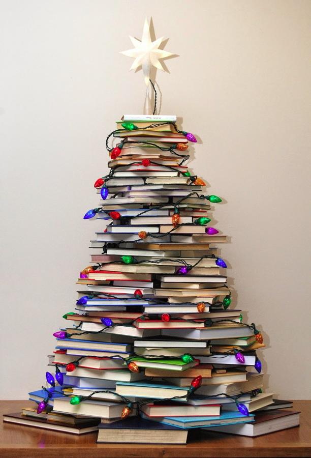 árbol de navidad hecho con libros