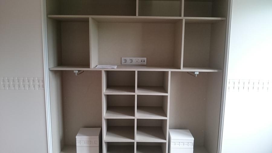 Mecanismos en interior de armario para televisión