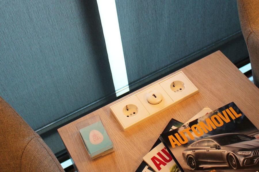 Mecanismos en las mesas para facilitar la conexión