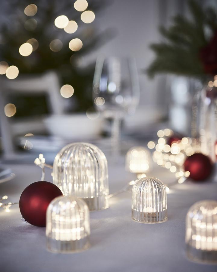 Mesa adornada con luces de LED de la colección VINTERFEST de IKEA