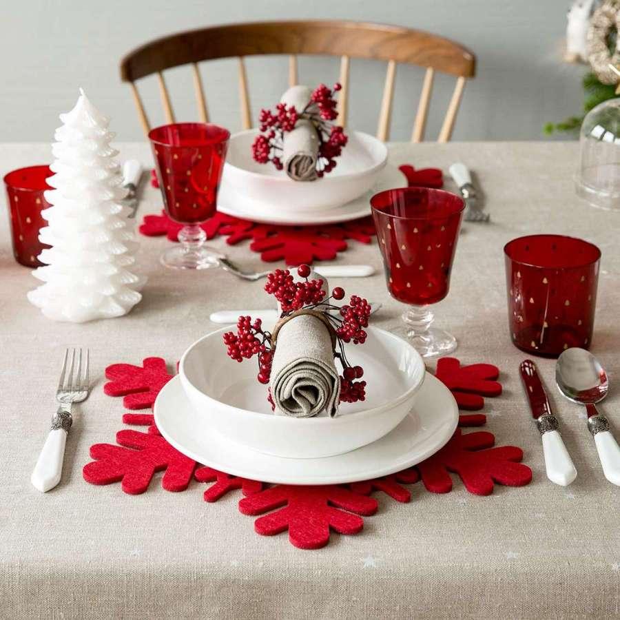 Mesa adornada con motivos navideños