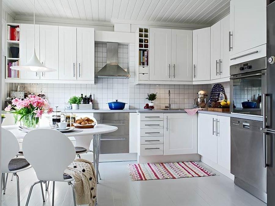 Foto mesa blanca en la cocina de elenatorrente d az - Cocinas pequenas con mesa ...