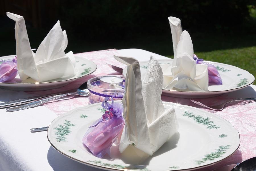Mesa con cisnes de papel