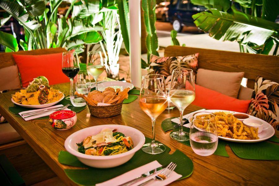 Mesa con platos suculentos