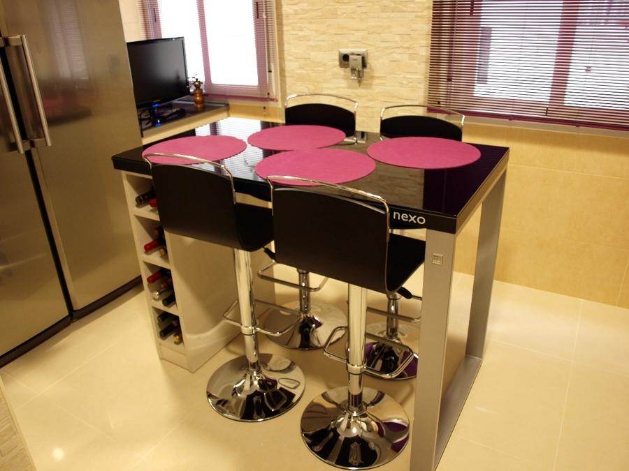 Mesa de cocina con taburetes