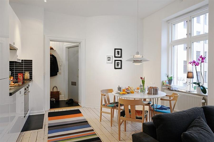 Foto mesa de comedor blanca con sillas madera de for Mesas de comedor madera blanca