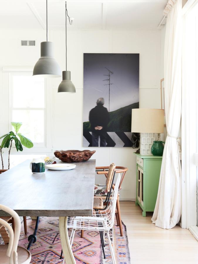 Mesa de comedor con lámparas colgantes