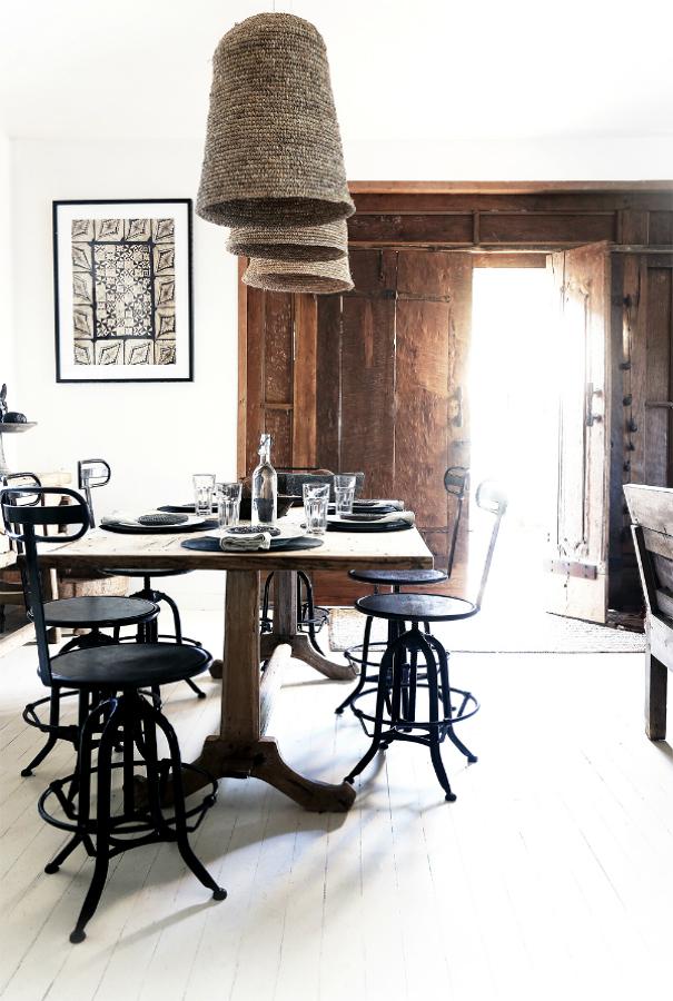 Mesa de comedor con lámpras de mimbre