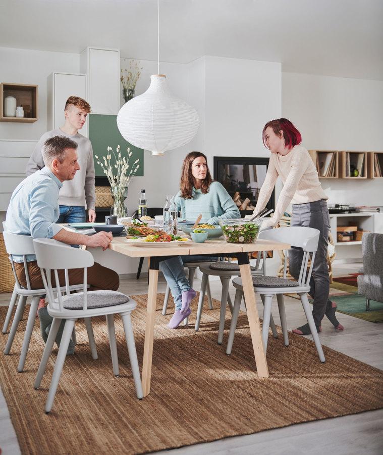 Mesa de comedor de madera en salón moderno