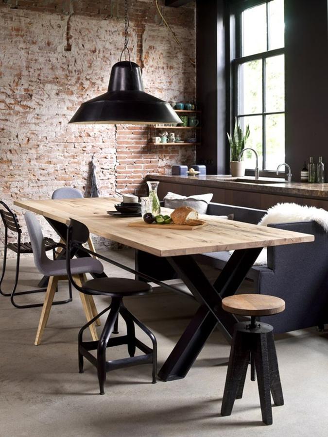 mesa de comedor en madera clara