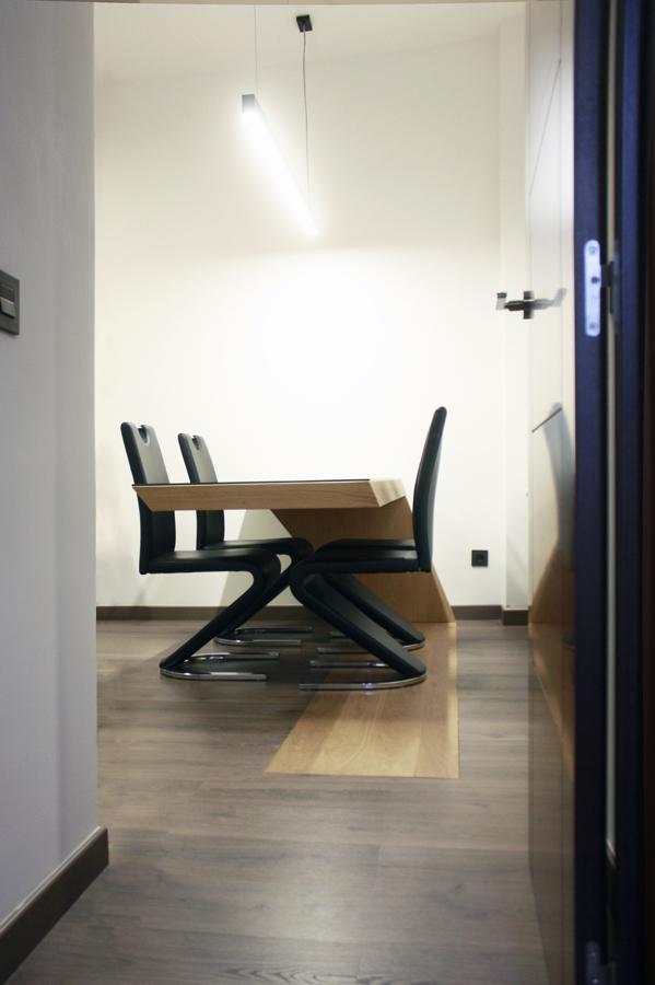 Mesa de comedor vista desde la entrada al Salón