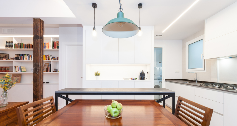 Mesa de comedor y barra de cocina con lámparas colgantes