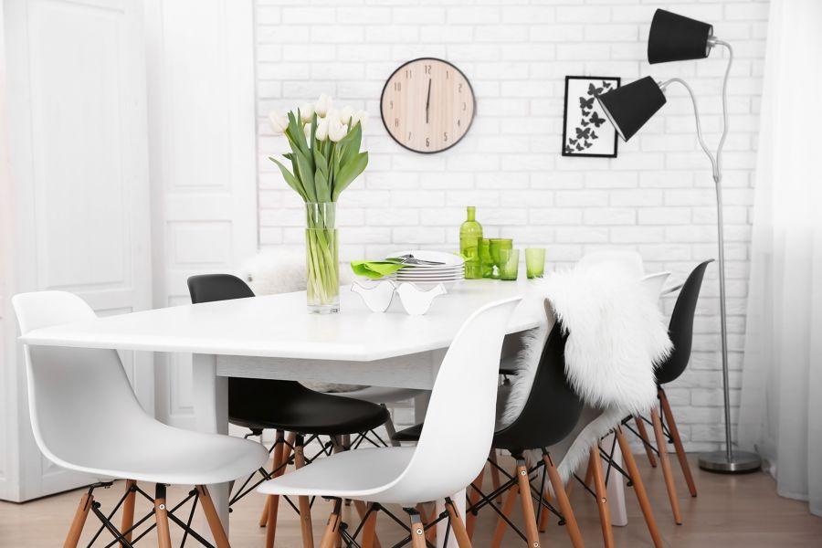 Mesa de la cocina adornada con menaje y flores