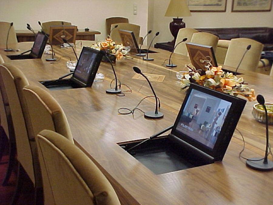 Mesa de reunion con microfonos y monitores integrador