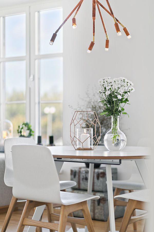 Mesa decorada con estilo moderno