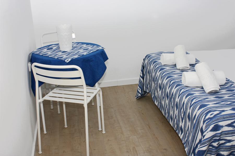 Mesa dentro del dormitorio