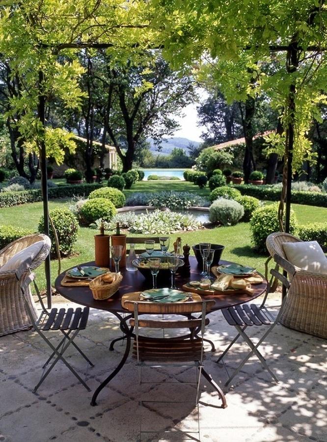 mesa desayuno con buenas vistas al jardin