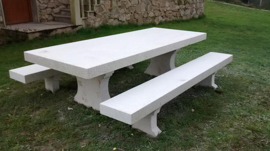 Mesa en jardín recién colocada todavía sin lavar.