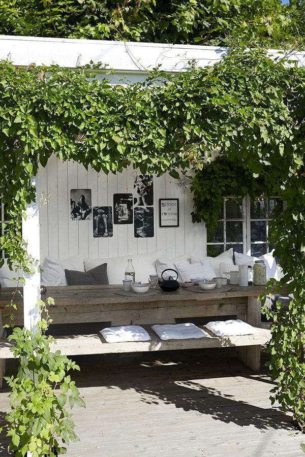 mesa en porche con ramas y flores
