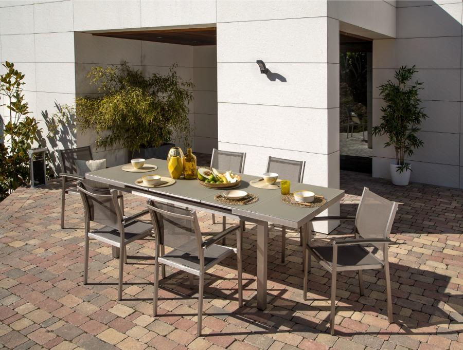 mesa extensible para comer en el jardín