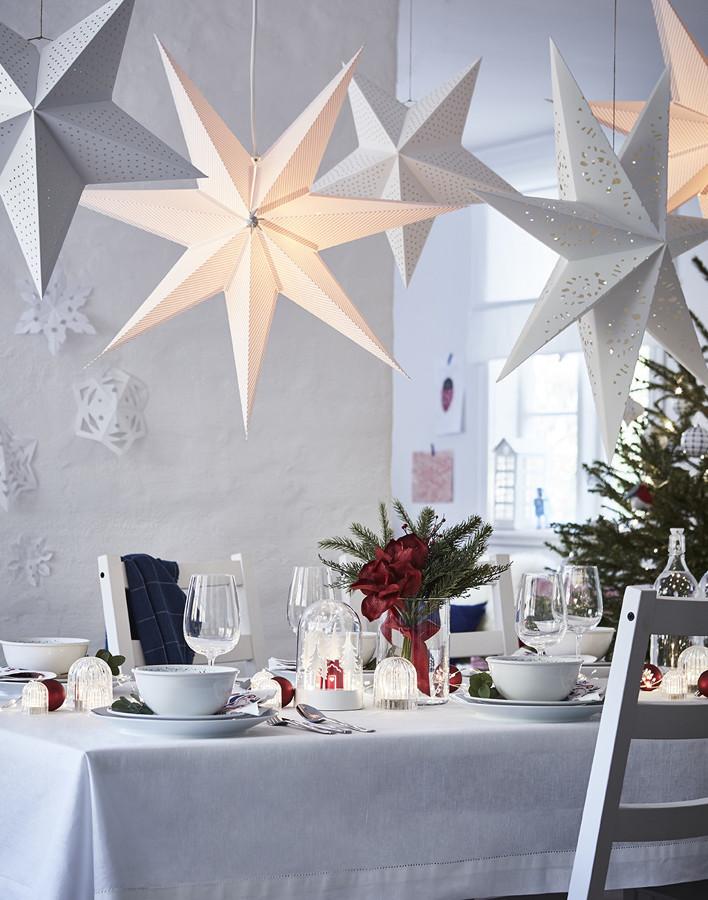 Mesa navideña con estrellas, campanas de luz y vajillas de la colección VINTERFEST IKEA
