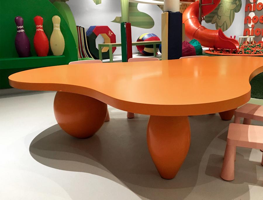 Mesa para el parque infantil, con morfología especialmente complicadas de obtener en madera