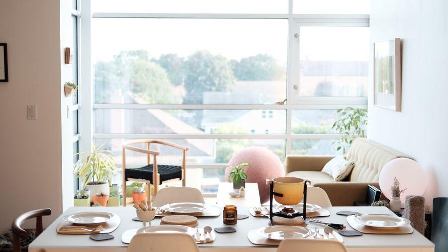 Mesa para invitados con decoración en blanco