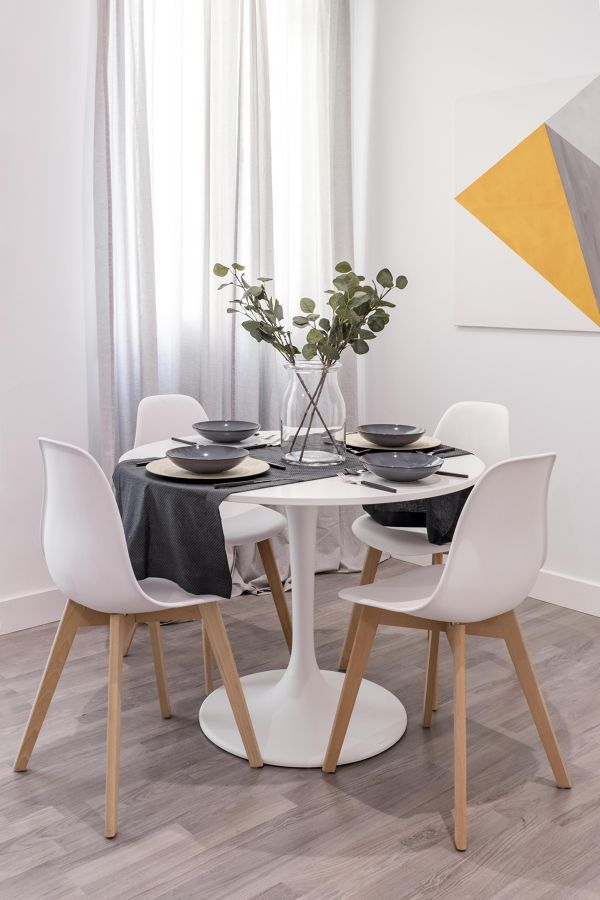 Mesa redonda con camino de mesa