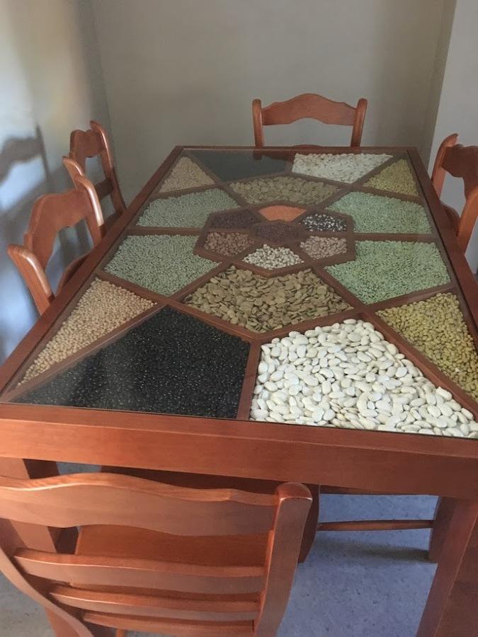 mesa rellena de legumbres con cristal