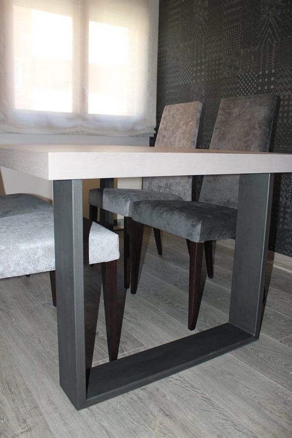 Mesa sillas y papel