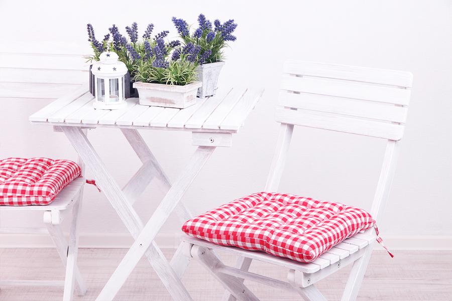 Mesa y sillas con lavanda
