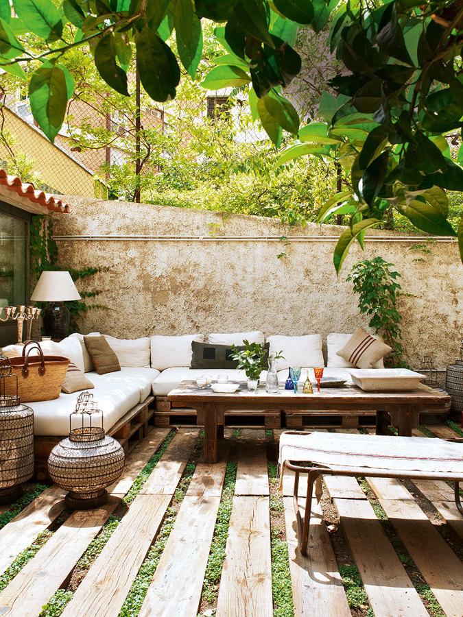 mesas con pales en la terraza
