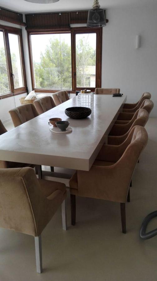 Mesa y suelo comedor