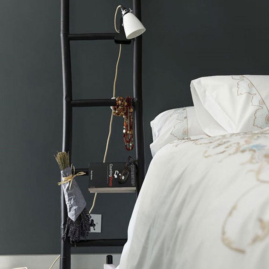 mesas de noche con una escalera negra