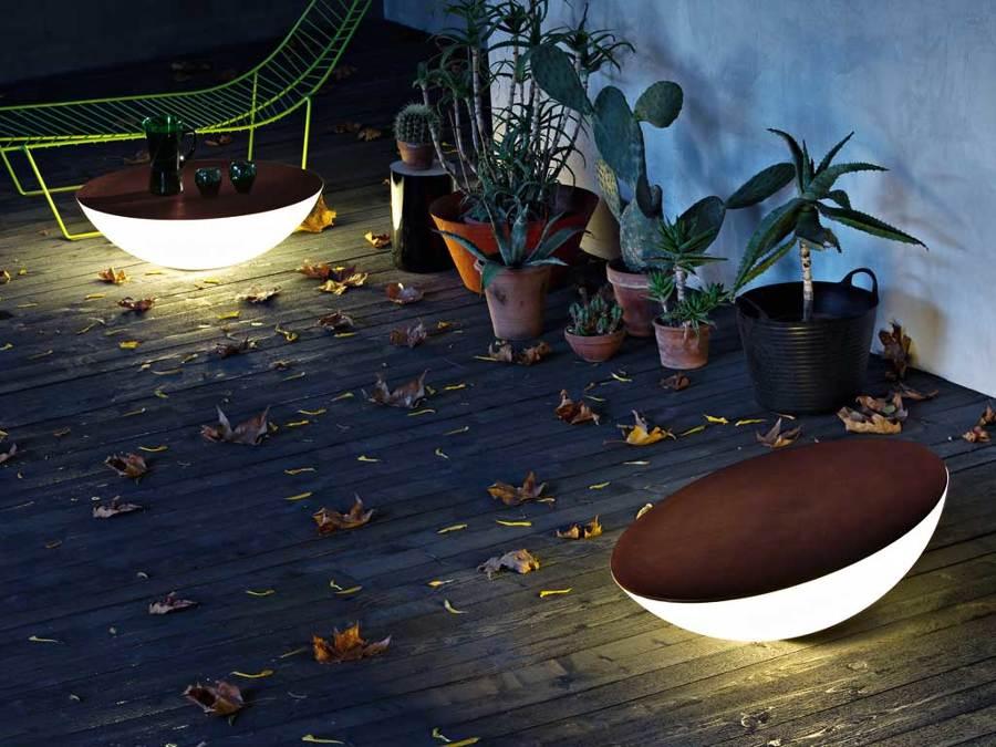 Mesas iluminadas en terraza