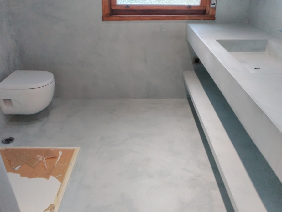 Microcemento en suelo de baño